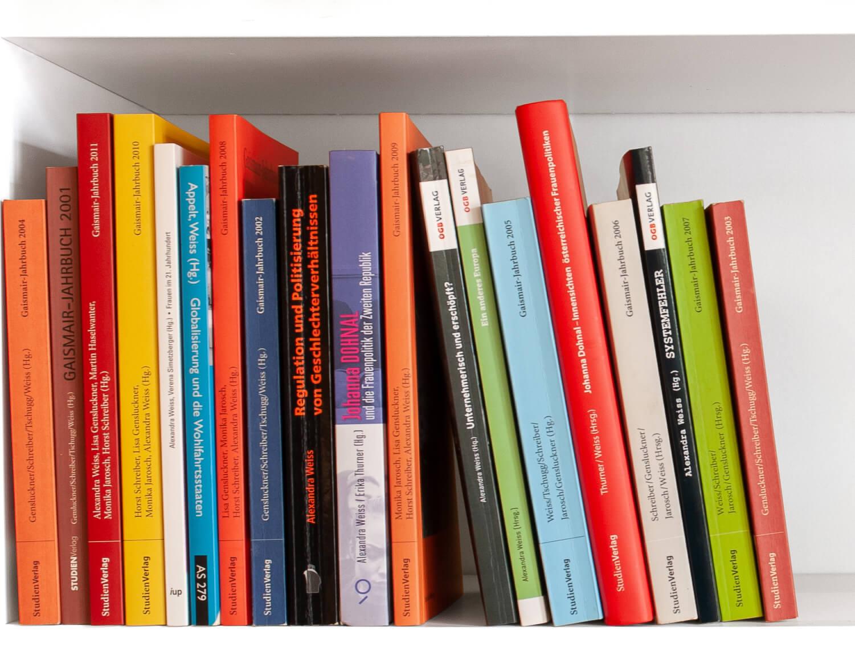 Regal mit Büchern von und mit Alexandra Weiss